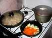 капусту тушим, грибы, лук и морковь обжариваем
