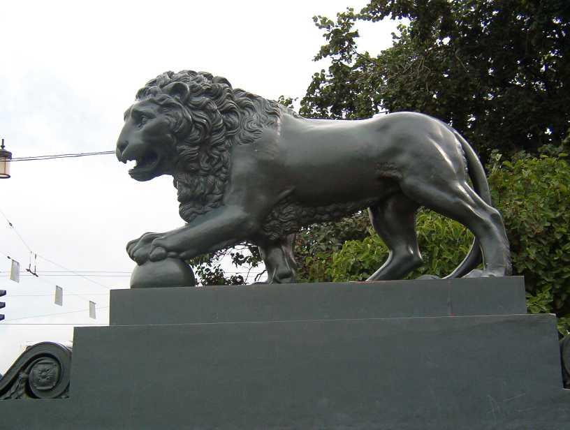 лев на набережной